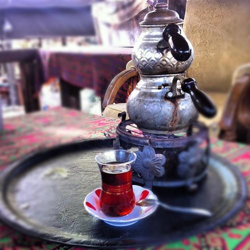 O çok sevdiğim ince belli çay bardağı ile küstük bir birimize.